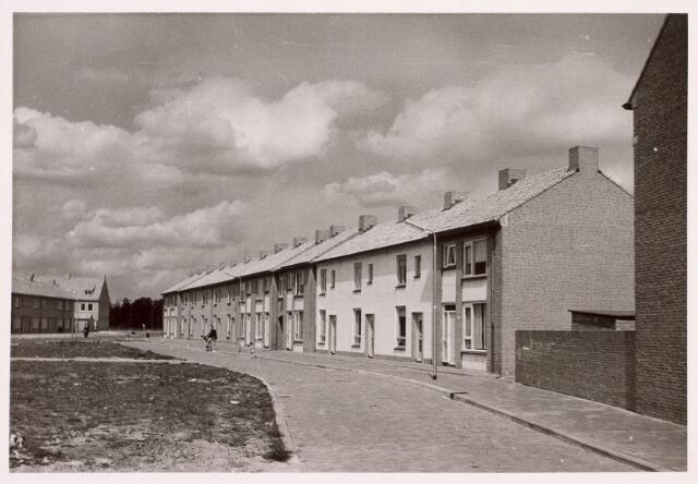 014305 - Antoine Artsplein anno 1957. De bomen op de achtergrond staan aan de Zouavenlaan.