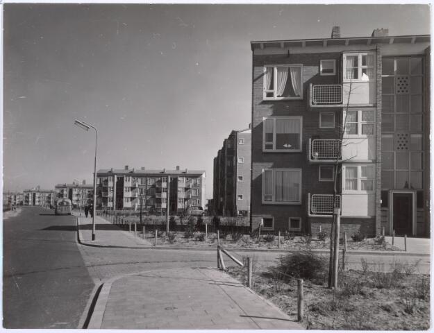 017975 - Flatwoningen aan de Edisonlaan bezien in de richting van de Broekhovenseweg. De flats zijn een ontwerp van architect ir. S.J. van Embden.