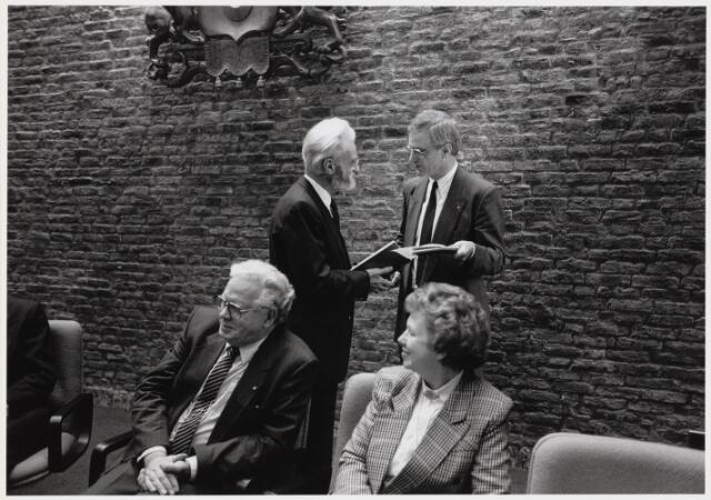 101865 - Tentoonstelling van Niel Steenbergen (1911-1997) in het gemeentehuis / stadhuis. Bij deze gelegenheid ontving hij een erepenning van de commissaris van de Koningin mr. F.J. Houben. Staand links Niel Steenbergen staand rechts Piet Schriek, zittend links burgemeester A. Mater met echtgenote P.J. Brosius (Nel).
