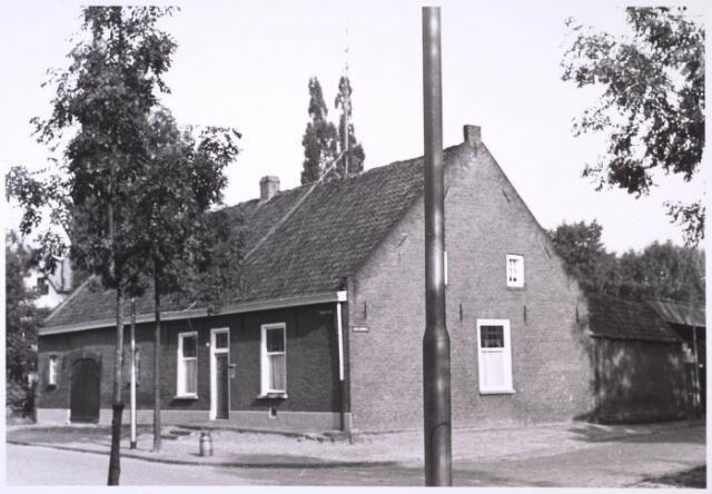 023871 - Pand Koningshoeven 6 eind 1968. Rechts de IJsclubweg
