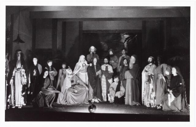 010043 - opvoering kerstoratorium ± 1930 o.l.v. de heer Sicking in het parochie patronaat van de Ringbaan-West aan de Poirterstraat.