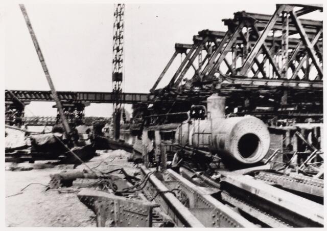 012706 - WO2 ; WOII ; Tweede Wereldoorlog. Herstel.  Wederopbouw van de vernielde spoorbrug over het Wilhelminakanaal, waarbij militairen en burgers eendrachtig samenwerkten. Op de achtergrond de noodbrug