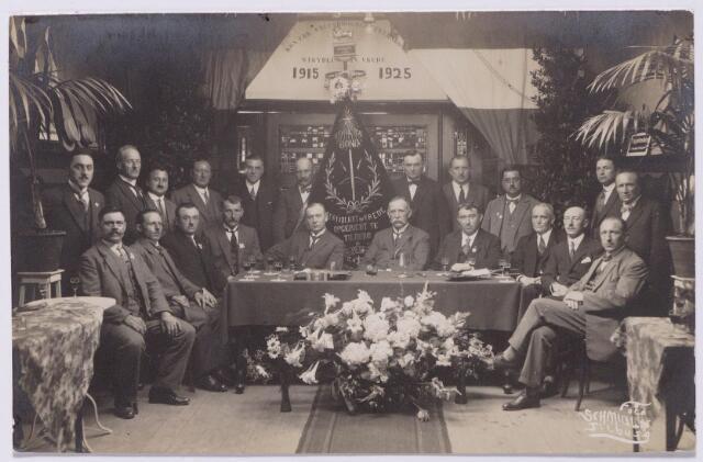 """043502 - Schietsport. Foto genomen bij het 10-jarig bestaan van de Koninklijk Erkende Kruisboogschuttersbond """"Strijdlust en Vrede"""". Eerder bestond in Tilburg een handboogschutterij met de naam """"Strijdlust en Vrede"""". Deze schutterij was thuis bij A. Smits op Korvel en vierde in 1896 haar 12 1/2 jarig bestaan."""