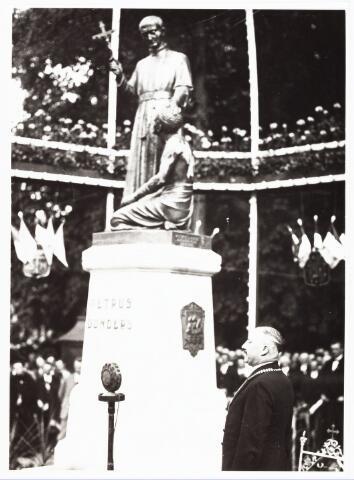 008948 - Plechtige onthulling Petrus Donders monument in aanwezigheid van burgemeester Vonk de Both.