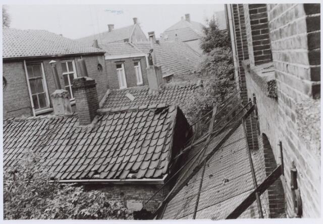 026327 - Achterzijde van panden aan de Mariastraat. Het afdak rechts behoorde bij de fabriek van Kerstens