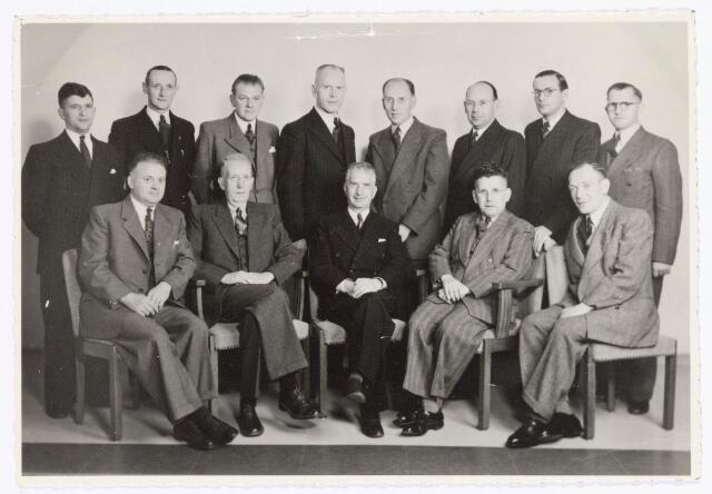 039372 - Volt, Zuid. Technische Afdeling, Gereedschapmakerij. De staf van de gereedschapmakerij eind 1945. Zittend v.l.n.r.: van Abeelen, van Gastel, van Gorp (afd. chef), van Gorp (baas) en van den Burgt.  Staand v.l.n.r.: Piet Coolegem, van Riel, van Lieshout, Geux, Willem Hopstaken, de Wit, Rutten en Dalderop.Voltstraat was toen genaamd Nieuwe Goirleseweg.