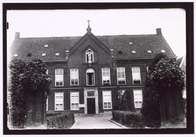 018658 - Elisabethziekenhuis. Gezondheidszorg. Onderwijs. Oude gedeelte van het moederhuis van de fraters aan de Gasthuisring. In het begin van de 20ste eeuw was hierin het St. Elisabeth Gasthuis (ook wel Gasthuis op de Logt) gevestigd.