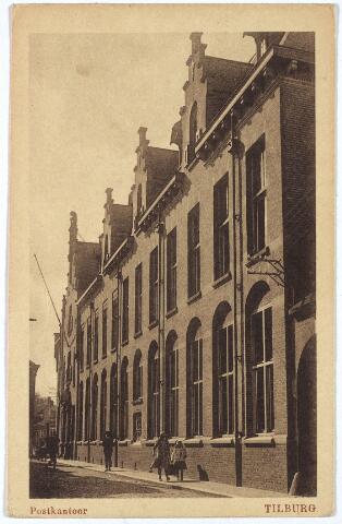 002623 - Post en telegraafkantoor aan de Telegraafstraat, hoek Willem II-straat. Dit kantoor werd ontworpen door de rijksbouwmeester voor het 2e district, D.E.C. Knuttel en geopend op 8 april 1910. Op 1 oktober 1871 werd op deze plaats het eerste post- en telegraaf kantoor van Tilburg geopend. Dit ingang van het telegraafkantoor lag toen aan de Telegraafstraat, die van het postkantoor aan de Comediestraat (Willem II-straat). Directeur was toen G.A.J. Pino Post. Voor de afbraak van het oude postkantoor werd het kantoor tijdelijk, van 24 maart 1908 tot 7 april 1910, ondergebracht in het pand van de familie Brouwers-van Glabbeek aan de Heuvelstraat. Het in 1910 gebouwde post- en telegraafkantoor is gesloopt in 1975. Veel eerder, op 7 maart 1963, werd een nieuw postkantoor geopend aan de Spoorlaan.