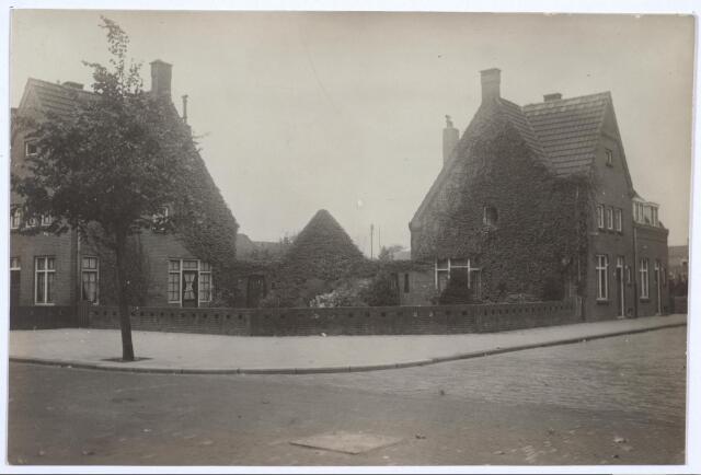 026766 - Middenstandswoningen in de Nazarethstraat en Jan van de Leestraat (rechts)