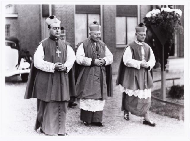 007606 - Bisschopswijding Mgr J.F.M. Pessers. Mgr Pessers bij het verlaten van de pastorie te Goirke. Mgr Pessers is geboren 5 februari 1896, gestorven 3 april 1961.