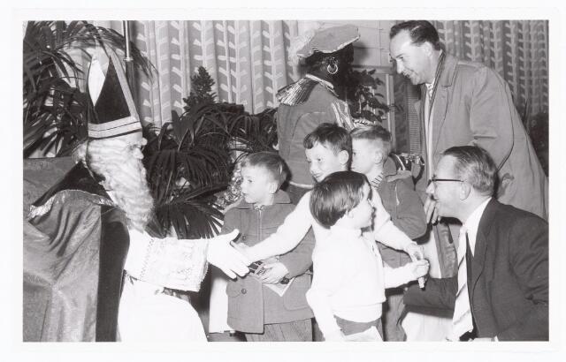 038893 - Volt. Zuid. Sport en ontspanning. Viering Sint Nicolaas voor de kinderen van het personeel in 1959. De heer rechtsboven is Sjef van Korven, baas in de gereedschapmakerij en rechtsonder Steef Verloo hoofd ingangscontrole. Sinterklaas. St. Nicolaas