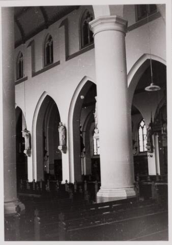 084451 - Interieur van de St. Petruskerk. Zijbeuk.