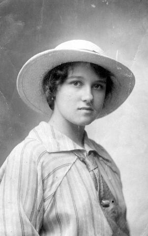 064459 - Maria Wilhelmina van Son-Donders geboren Tilburg 2 december 1898, overleden Tilburg 19 maart 1992.