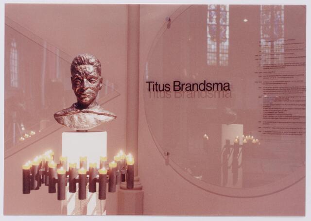 043891 - Borstbeeld van Titus Brandsma in de Bernulphuskerk te Oosterbeek, vervaardigd door zuster Jesualda Kwanten uit Tilburg.