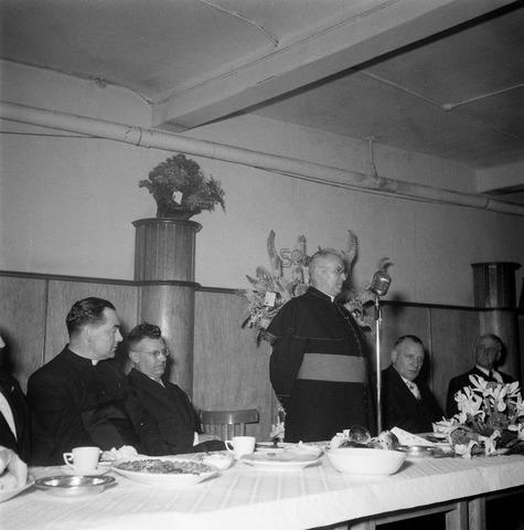 050457 - 50-jarig bestaan KAB en 25-jarig bestaan Kajotters. Taak: bundeling van activiteiten van de diverse R.K. Werkliedenverenigingen aanvankelijk in het federatief verband van de Bossche Diocesane Werkliedenbond, later als Tilburgse afdeling van de landelijke arbeiders- en vakbeweging op katholieke grondslag, tot de fusie daarvan met het N.V.V. in het F.N.V.