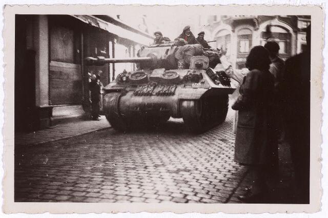 013283 - Tweede Wereldoorlog. Bevrijding. Een Schotse tank rijdt, komende vanaf de Oude Markt, de Zomerstraat (thans deel van de Heuvelstraat) ingereden