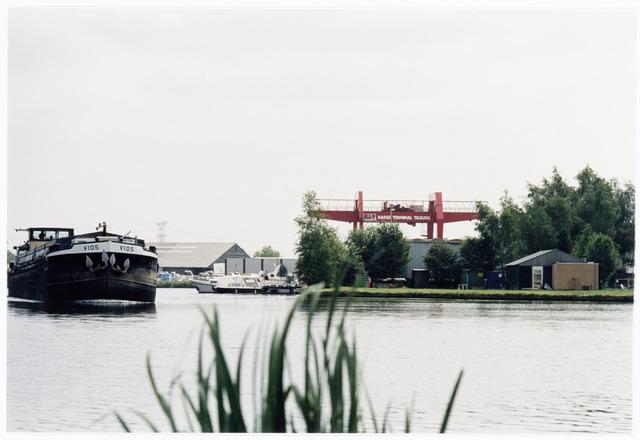 039899 - Wilhelminakanaal ter hoogte van de Industriehaven. Rechts op de achtergrond Barge Terminal Tilburg BV aan de Geminiweg 51.