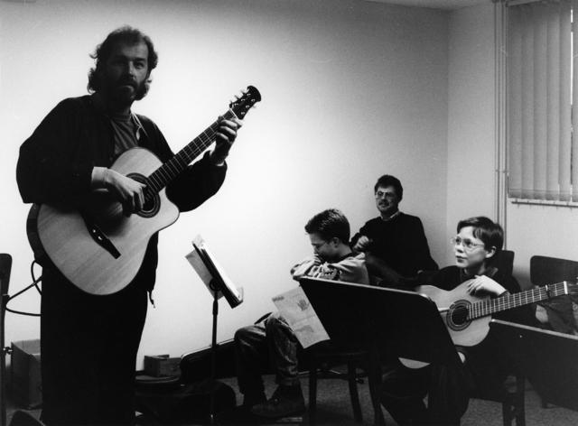 1238_F0251 - Kinderen krijgen gitaarles bij een muziekschool