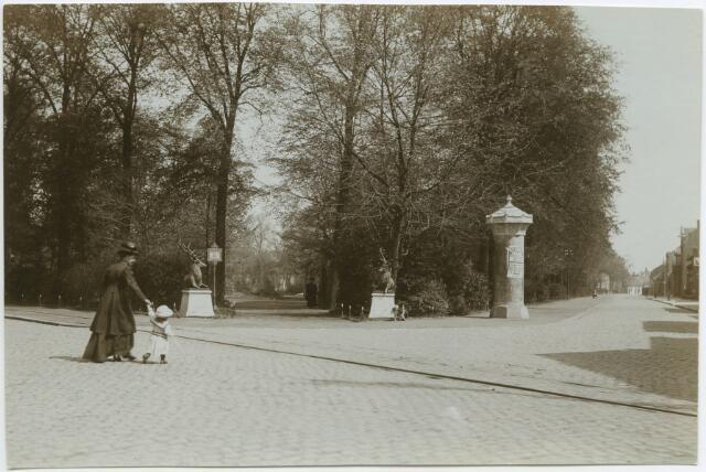 604780 - Ingang Wilhelminapark. Vrouw met kleuter op de voorgrond