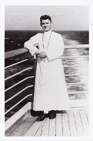 007786 - Frater Avitus (Josephus Wilhelmus Cornelis) de Rooij werd geboren te Tilburg 29.11.1908 als zoon van landbouwer Johannes de Rooij en Adriana de Beer. Op 8.9.1927 trad hij in bij de fraters van O.L.V. Moeder van Barmhartigheid te Tilburg. Sinds 1933 werkte hij in de missie van Indonesïë. Hij overleed in het fraterhuis te Medan op 17.6.1979. Hij was werkzaam in het onderwijs. De foto werd genomen op weg naar Indonesië.