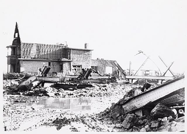 012337 - WO2 ; WOII ; Tweede Wereldoorlog. Vernielingen. Het opblazen van de spoorbrug over de Bosscheweg veroorzaakte in de directe omgeving veel schade