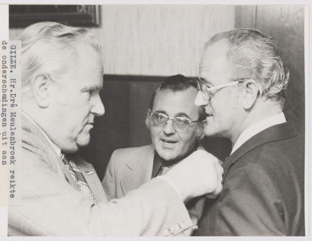 081589 - Dhr. Dré Meulenbroek reikt de onderscheidingen uit aan de beide kasteleins Gerrit Vermeulen (midden) en Kees Doorakkers (rechts)