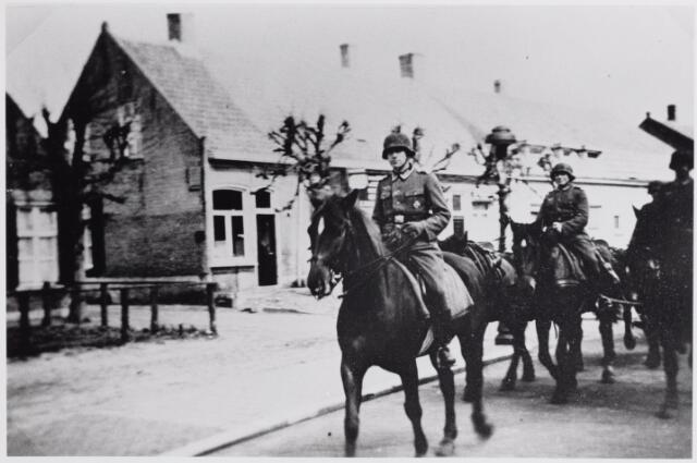 045632 - WO2 ; WOII ; Tweede Wereldoorlog. Duitse militairen te paard in de Bergstraat ter hoogte van het Kerkhofpad.