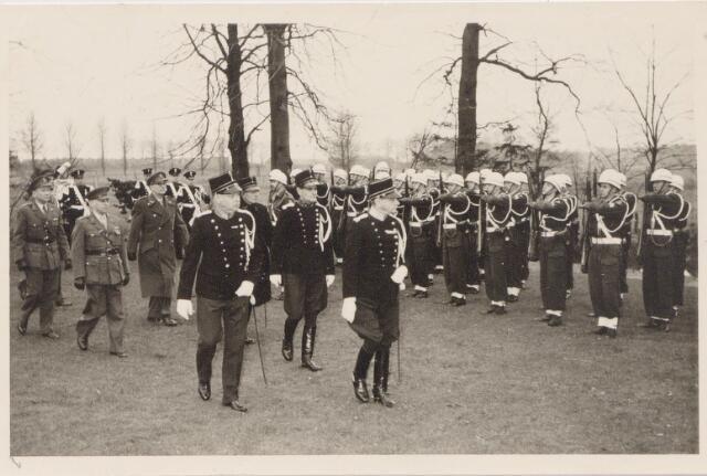 045321 - Parade ter gelegenheid van het afscheid van divisie commandant Van de Kroon van de eerste divisie koninklijke marechaussee  Tilburg.