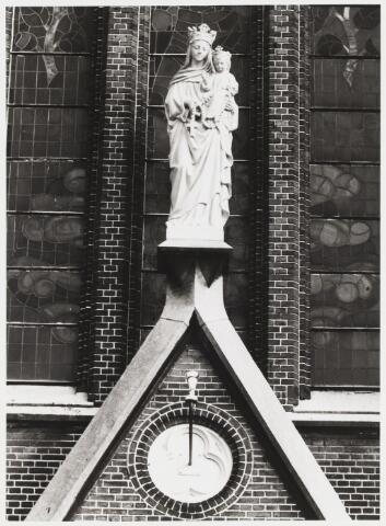 """067923 - MADONNA MET KIND als """"Onze Lieve Vrouw van de Heilige Rozenkrans"""", de naam van de Hasseltse  Kerk. Het beeld is van de Tilburse beeldhouwer Henricus P.L. van TIELRADEN (1854-1934) en fungeert als bekroning van het middenportaal.     Trefwoorden: Kunst, openbare ruimte."""