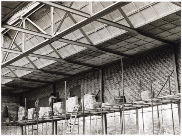 039202 - Volt. Noord. Algemeen, Gebouwen, Nieuwbouw. Het bezetten van een muur in 1964 in hal ND bestemd voor de gereedschapmakerij.