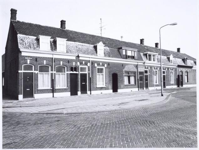 020415 - Panden Hasseltstraat 38 tot en met 50 (van links naar rechts) medio 1976