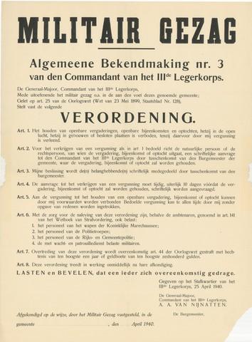 1726_056 - Affiche Tweede Wereldoorlog.  Militair gezag. Vanaf de bevrijding in 1944 tot het aantreden van het kabinet Schermerhorn-Drees in juni 1945, werd het overheidsgezag in Tilburg uitgeoefend door het Militair Gezag.  Algemene bekendmaking nr: 3 van de commandant van het derde legerkorps.   Verordening betreft een verbod op het houden van openbare vergaderingen, openbare bijeenkomsten en optochten in gebouwen en besloten plaatsen. Tenzij hiervoor een vergunning is verleend.  Gegeven op het stafkwartier van het IIIde Legerkorps op 25 april 1940. Door de generaal-majoor, commandant van het IIIde legerkorps A.A. van Nijnatten.   Afmeting: 48x65 cm, Drukker onbekend.  WOII. WO2.