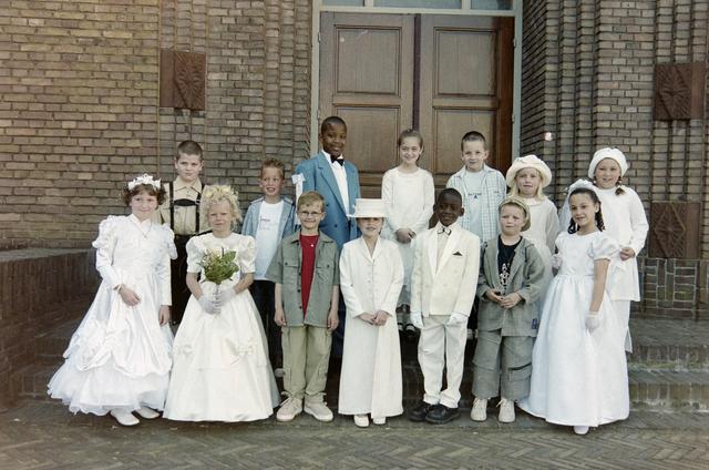 1237_002_262-1_002 - Religie. Rooms Katholieke Kerk. Communicanten in de Korvelsekerk 2001. Groepsfoto.