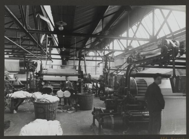 071849 - Eén van de appretuurafdelingen van stoomververij en chemische wasserij De Regenboog aan de Bredaseweg te Tilburg. De foto komt uit een album dat werd gemaakt en aangeboden naar aanleiding van het 40 jarig jubileum van textielfabriek De Regenboog op 2 december 1930.