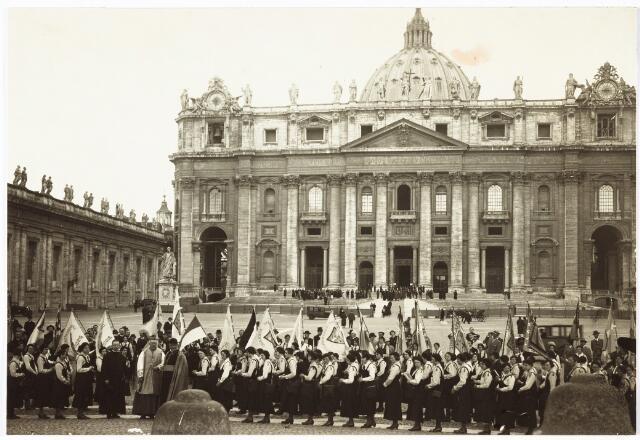 009546 - Jeugdverenigingen: Katholieke Jeugdvereniging ( K.J.V.) te Tilburg. mgr Diepen en mgr Eras met K.J.V. verenigingen uit Nederland op het St. Pietersplein in Rome