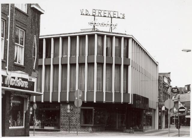021557 - Kledingzaak Jac van de Brekel op de hoek Heuvelstraat - Juliana van Stolbergstraat