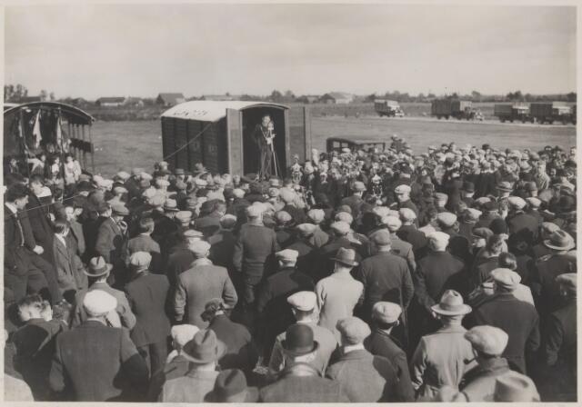 081573 - Opening veemarkt (op het latere Burgemeester Sweensplein) te Rijen door burgemeester Dr. J.C.M. Sweens.