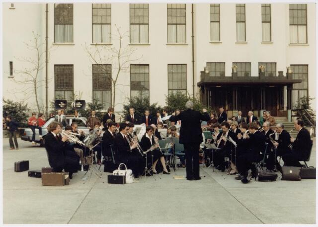 043188 - b.g.v. koninginnedag 1980 bracht een muziekkorps een aubade voor het raadhuis. openluchtconcert