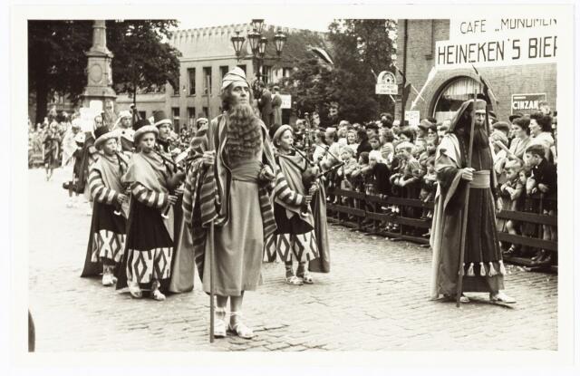 009189 - H. Hartstoet, Mozes en Aäron temidden van het volk van Israël. (1955)