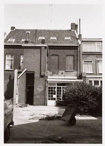 035265 - Tuin en achtergevel van het pand Willem II-straat 37. Ten tijde van de foto (medio jaren '70) was het pand in gebruik als opvang voor drugverslaafden. Het heette 'De Slakkegang'. Na een (binnen)brand is het pand door de gemeente verkocht. Foto vanuit achteringang aan de Telexstraat.