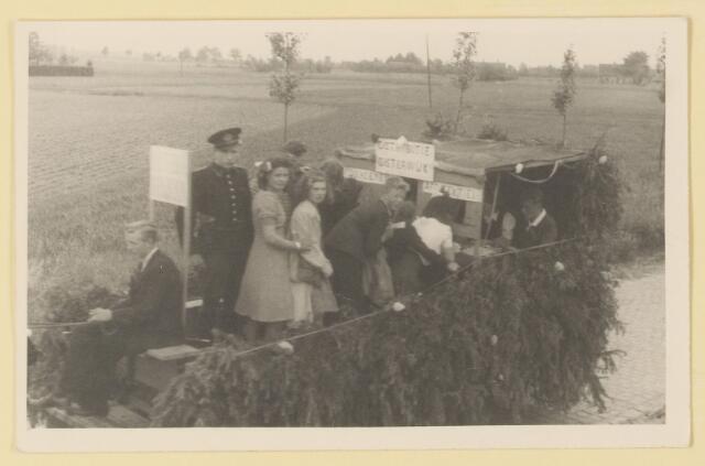 """080865 - WOII; WO2; Bevrijding Udenhout 1945. De optocht. Distributie narigheid. """"Distributie Oisterwijk: afd. schoenen- afd. katoen""""."""