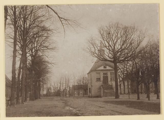 074387 - Het oude raadhuis met de vrijheidsboom op de Lind te Oisterwijk.  Oude  raadhuis afgebroken 1898.