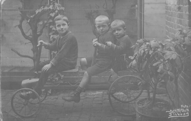 064248 - De drie oudste zonen van Janus Remmers, caféhouder aan de Heuvel, en Jet van Puijenbroek v.l.n.r.: Jan (1908), Bernard (1910) en Toon (1912) Remmers.