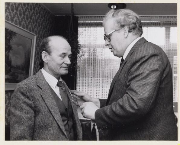 101284 - Koninklijke onderscheiding voor J. van Meeteren opgespeld door burgemeester A. Mater. Jubileum VBF, Verenigde Buizen Fabriek.