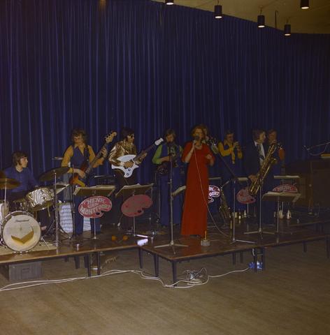 1237_011_824_010 - Entertainment. Cultuur. Theater. René Frijters theatershow in maart 1975. In 1955 begon René Frijters met het bemiddelen voor artiesten vanuit zijn huis in de Zouavenlaan.
