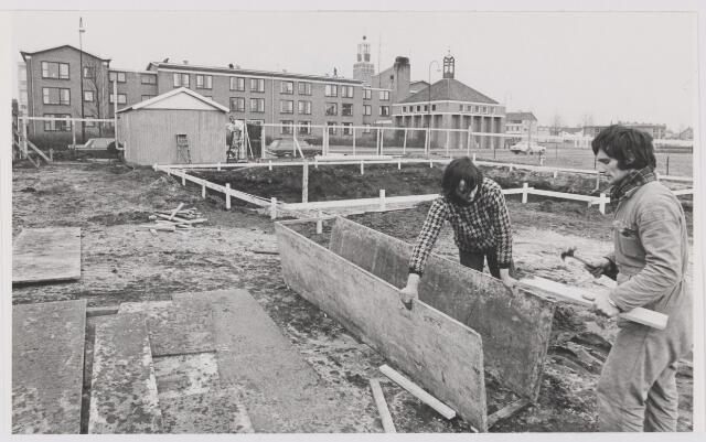 081970 - Rijen, Regentenstraat; Bouwvakkers brengen de bekisting aan voor de fundering van een woonhuis.