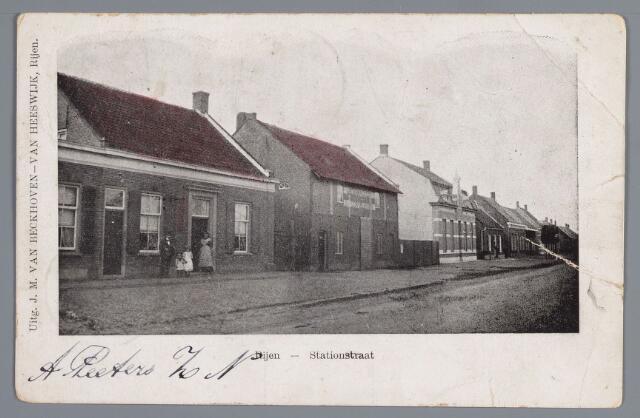 058022 - Rijen, Stationstraat (westzijde) in 1904 met v.l.n.r: de woningen van C. Broers en Ad Schoenmakers, de in 1900 opgerichte leerlooierij ban W.a. Mallens met woonhuis ernaast vervolgens het café van A. Nooten. Hij liet in 1904 een looierij achter het café plaatsen en in 1916 de herberg verbouwen. Naast het café de woning van leerlooier C.H. Baeten.