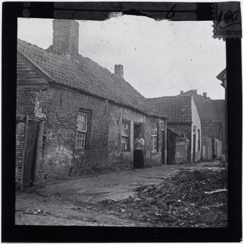 027389 - Krotwoningen. Oerlesestraat. Woonomstandigheden.  Deze woningen werden in 1913 door stedenbouwkundige Rückert als bouwvallig gekenmerkt. Kort daarna zijn ze gesloopt.