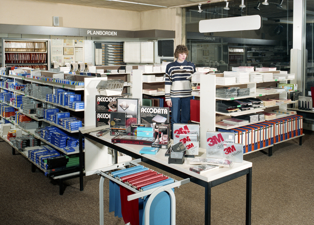 D-000728-2 - Jevel, Jan van Laarhoven, Wilhelminapark: interieur boekhandel/kantoorboekhandel