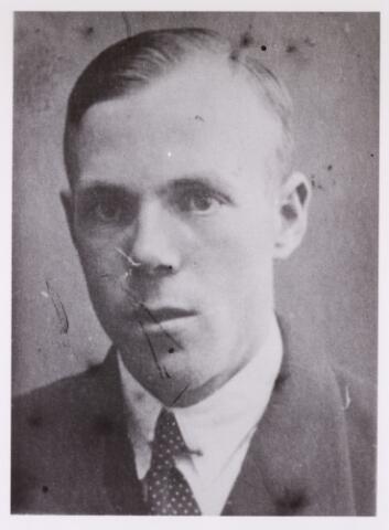 604410 - Tweede Wereldoorlog. Oorlogsslachtoffers. Adrianus Marinus J. van Meersbergen, werd geboren op 30 juni 1909 in Tilburg en overleed op 3 april 1945 in het concentratiekamp Dachau.  Van Meersbergen was een CPN sympathisant (géén lid), maar hij stond wel achter het verzet van de illegale CPN. Hij werkte mee aan het illegale CPN blad 'Vrede - Vrijheid' en op 23 maart 1943 deed de Duitse politie bij hem huiszoeking. Er werd niets gevonden, maar toch werd hij  gearres-teerd en overgebracht naar Rotterdam. Later werd hij via Vught naar Duitsland getransporteerd . Zijn familie heeft daarna niets meer van hem gehoord.